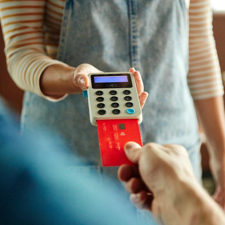 Ein Mann bezahlt mittels elektronischem Lastschriftverfahren (ELV)